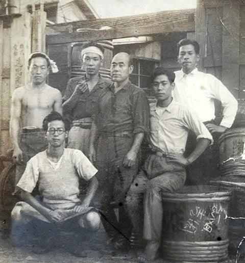 遠忠食品 昔の社長と職人写真