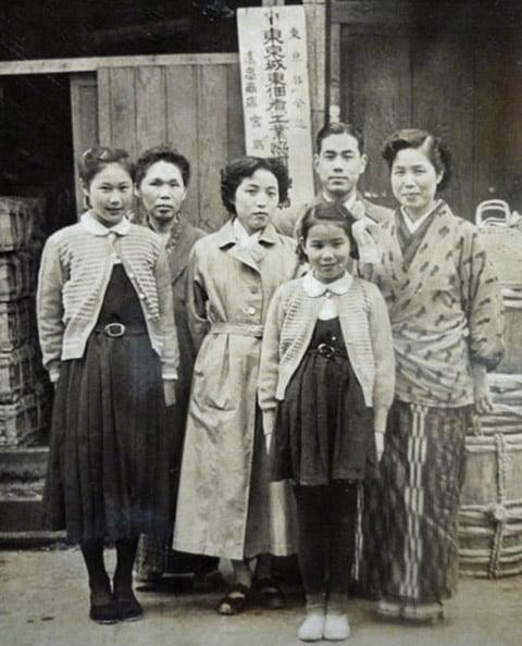 遠忠食品 店先 昔の家族写真